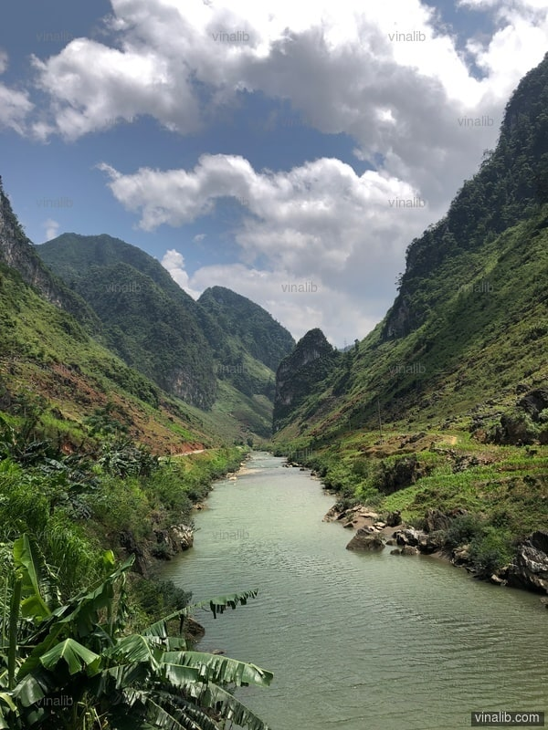A river nested in a valley - Vinalib Stock Pictures